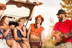 Amis heureux ayant le repos pendant le voyage de voiture Image libre de droits