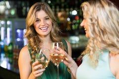 Amis heureux ayant une boisson Photographie stock