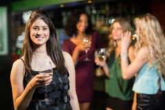 Amis heureux ayant une boisson Image libre de droits
