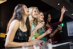 Amis heureux ayant une boisson Photo stock