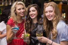 Amis heureux ayant une boisson ensemble Photos libres de droits