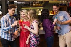 Amis heureux ayant une boisson ensemble Photo libre de droits