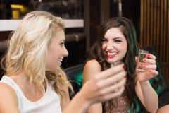 Amis heureux ayant une boisson ensemble Images libres de droits