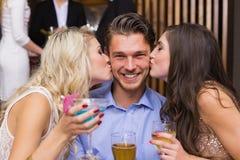 Amis heureux ayant une boisson ensemble Photographie stock