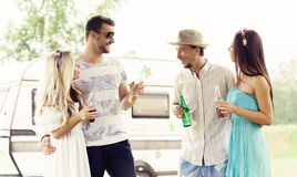 Amis heureux ayant une partie dehors Vacances, partie, temps gratuit Image libre de droits