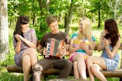 Amis heureux battant en musique Photos stock