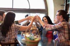 Amis heureux buvant de la bière à la barre ou au bar Photo libre de droits