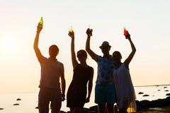 Amis heureux buvant des boissons et ayant une partie Image libre de droits