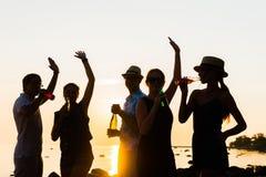 Amis heureux buvant des boissons et ayant une partie Images stock