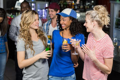 Amis heureux buvant des cocktails Photo libre de droits