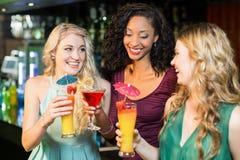 Amis heureux buvant des cocktails Photographie stock