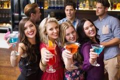 Amis heureux buvant des cocktails ensemble Photographie stock