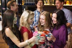 Amis heureux buvant des cocktails ensemble Photos libres de droits