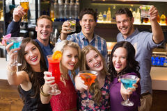 Amis heureux buvant des cocktails ensemble Photo libre de droits
