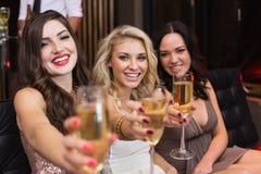 Amis heureux buvant des cocktails ensemble Images stock