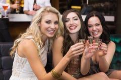 Amis heureux buvant des tirs ensemble Images libres de droits