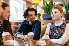 Amis heureux buvant du café au restaurant Photo libre de droits