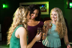 Amis heureux buvant du champagne Images stock