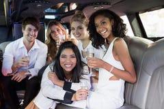 Amis heureux buvant du champagne Photo libre de droits