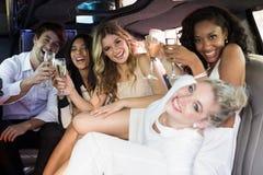 Amis heureux buvant du champagne Images libres de droits
