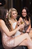 Amis heureux buvant du champagne ensemble Photo libre de droits