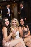 Amis heureux buvant du champagne ensemble Photos libres de droits
