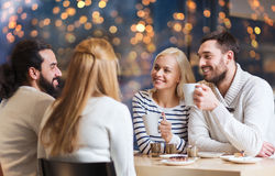 Amis heureux buvant du thé au café Photo stock