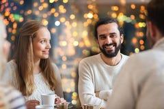 Amis heureux buvant du thé au café Image libre de droits
