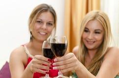 Amis heureux buvant du vin rouge Images libres de droits
