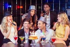 Amis heureux célébrant l'anniversaire Images libres de droits