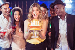 Amis heureux célébrant l'anniversaire avec le gâteau Image libre de droits