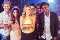 Amis heureux célébrant l'anniversaire avec le gâteau Images libres de droits