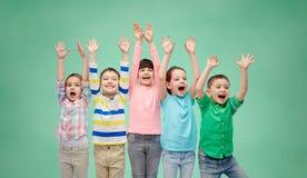 Amis heureux célébrant la victoire Image stock