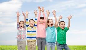 Amis heureux célébrant la victoire Photo stock