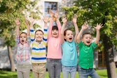 Amis heureux célébrant la victoire Photographie stock