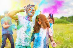 Amis heureux célébrant le festival heureux de vacances de holi photos stock