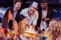 Amis heureux célébrant un anniversaire Image libre de droits