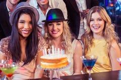Amis heureux célébrant un anniversaire Images stock