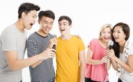 Amis heureux chantant la chanson ensemble Image stock