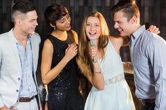 Amis heureux chantant la chanson ensemble Image libre de droits