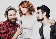 Amis heureux chantant le karaoke ensemble Image libre de droits