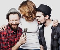 Amis heureux chantant le karaoke ensemble Images stock