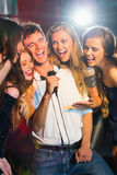Amis heureux chantant le karaoke ensemble Photo libre de droits
