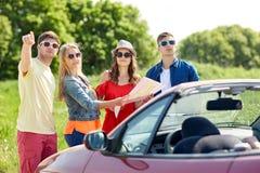 Amis heureux conduisant dans la voiture de cabriolet Photo libre de droits