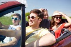 Amis heureux conduisant dans la voiture de cabriolet Photos libres de droits