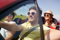 Amis heureux conduisant dans la voiture de cabriolet Images libres de droits