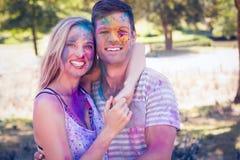 Amis heureux couverts de peinture de poudre en parc Photo stock
