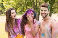 Amis heureux couverts en peinture de poudre Photographie stock