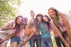Amis heureux couverts en peinture de poudre Photo stock