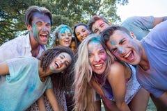 Amis heureux couverts en peinture de poudre Photographie stock libre de droits